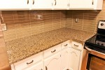 tropic-brown-kitchen_08